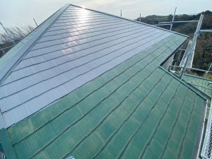 大屋根に中塗り塗装