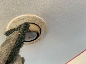 軒天スポットライトをウレタン塗料にて下塗り、上塗り