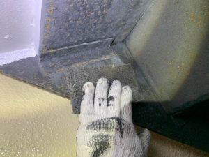 鉄骨階段、窓格子にもケレン作業と錆止め下塗り