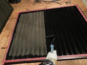 雨戸は取り外しケレン作業を行ってから下塗りを入れていきます