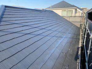 屋根に中塗り塗装を行います