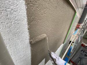 壁面に中塗り塗装を入れていきます